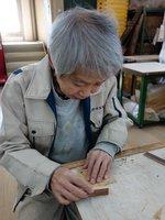古材を使った小物を製作する職人。丁寧で確かな手業が工業製品にない魅力を生み出す(長岡京市・高野竹工)