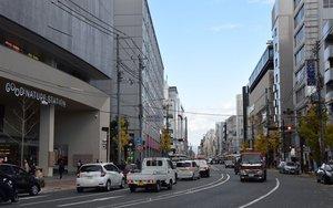 12月9日開業の「グッドネイチャーステーション」(左)。京都マルイが来年5月に撤退するなど周辺は競争が激しい=京都市下京区
