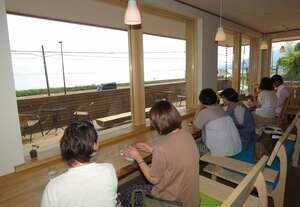 琵琶湖を一望できるカフェの店内(高島市鵜川)