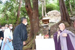 京都帝釋天の奥の院にある「天降石」。昨年9月には法要が営まれた(南丹市八木町船枝)
