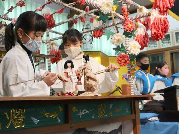 人形遣いと語りに分かれて人形浄瑠璃を上演する4年生の児童たち(京都府亀岡市・佐伯灯籠資料館)