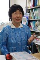 片耳難聴を抱える京都光華女子大の高井准教授。「聞こえない左耳の方から話しかけられても気づかない時がある」と話す(京都市右京区・同大学)