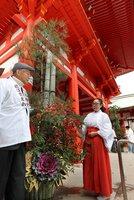 楼門前で華やかに飾り付けられた門松(13日午前10時10分、大津市神宮町・近江神宮)
