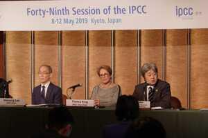改定されたガイドラインについて説明する田辺清人IPCCインベントリータスクフォース共同議長(右)やホーセン・リーIPCC議長(左)ら=京都市左京区