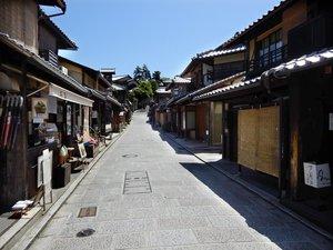 多くの店が休業し、がらんとした二年坂(2021年4月26日午後1時前、京都市東山区)