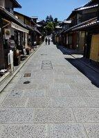 石畳の美しい町並みに人影がまばらだった(4月26日午後、京都市東山区)
