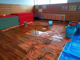 雨漏りで水浸しになった新堂中武道館(今年6月撮影、同中提供)
