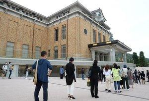 リニューアルオープンした京都市京セラ美術館の入場を待つ人たち(26日午前10時9分、京都市左京区)