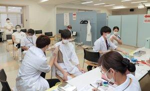 【資料写真】新型コロナウイルスのワクチン接種を受ける医療従事者(2月19日、京都市伏見区・京都医療センター)