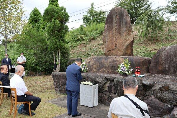 碑を前に犠牲者の冥福を祈る参加者(与謝野町滝)