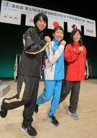 笑顔でポーズを決める(左から)東京都の新谷仁美、神奈川県の堀優花、高知県の鍋島莉奈の各選手