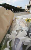 「京都アニメーション」第1スタジオ(奥)近くの献花台の花に添えられたメッセージ(25日午後3時33分、京都市伏見区)