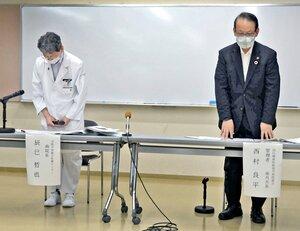 新型コロナウイルスの感染者を出したことを謝罪する辰巳院長(左)と国保南丹病院組合管理者の西村良平・南丹市長=南丹市八木町・同市役所八木支所