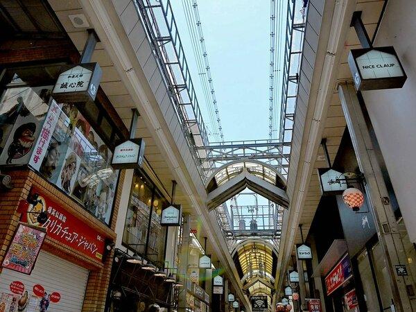 新型コロナウイルス対策でアーケードを開放している新京極商店街(京都市中京区)