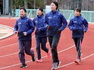 中長距離競技会を前に調整する京産大の選手たち(京産大総合グラウンド)
