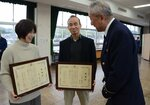 児玉署長(右)から感謝状を受けた山田さん(中央)と神田さん(京都市西京区・西京消防署)