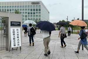 任天堂の定時株主総会に出席する株主ら(27日午前9時19分、京都市南区)