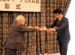 坂田記念ジャーナリズム賞の賞状を受け取る清原部長代理(右)=大阪市北区・クラブ関西