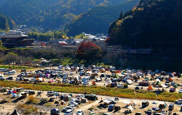 木津川河川敷に広がる笠置キャンプ場。新型コロナ感染拡大以降もにぎわっている(11月14日、同町笠置)