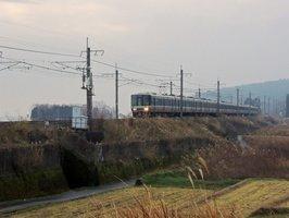 琵琶湖の西側を駆け抜けるJR湖西線。北陸新幹線の「並行在来線」としてJR西日本からの経営分離が懸念されている(高島市鵜川)
