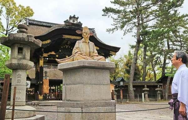 豊国神社の境内に24年ぶりに再興された豊臣秀吉の陶像(京都市東山区)