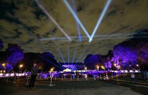 東京・上野公園で始まった、医療従事者への感謝を込めてさまざまな青色の光で照らすライトアップイベント=30日夜