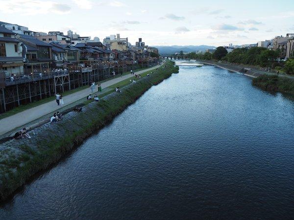 """<div class=""""caption"""">四条大橋の上から北を臨んだ鴨川。絶妙な等間隔ディスタンスが見られた(7月17日午後6時25分)</div>"""