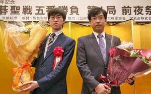 前夜祭で健闘を誓う許碁聖(左)と羽根九段(29日午後7時14分、京都市中京区のホテル)
