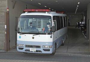 送検のため、中京署を出る男を乗せた車両(9日午前9時40分、京都市中京区)=画像の一部を加工しています