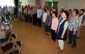 本番に向け、清涼感のある歌声で「琵琶湖周航の歌」を練習するメンバー(滋賀県高島市今津町中沼・今津東コミュニティセンター)