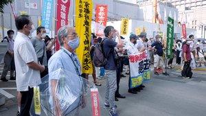 安保法廃止を訴える市民グループ。マスク姿で街頭に立つ(7月19日、京都市中京区)