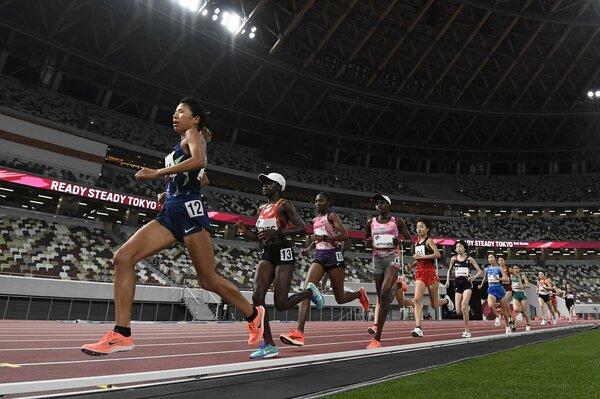 女子5000メートルで力走する5位の新谷仁美(左端)=国立競技場