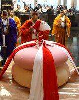 巨大な鏡餅の前で法要を営む僧侶たち(京都市下京区)