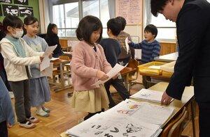 冬休みの宿題を提出する児童たち(7日午前9時3分、京都市左京区・第三錦林小)