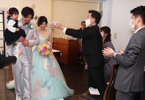 念願の結婚式を挙げ、親族らの祝福を受ける野田さん夫妻(滋賀県近江八幡市池田町・ウォーターハウス記念館)