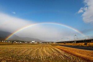 比良山地の麓に架かる虹(11月28日午後2時ごろ、大津市南比良)