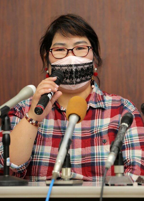 会見する西山さん(27日、大津市)