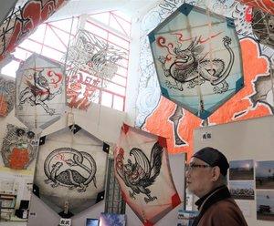 デザインした四神の大凧と小野さん(滋賀県東近江市八日市東本町・東近江大凧会館)