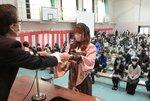 マスクを着用し卒業証書を受け取る卒業生(2021年3月1日午前、京都市中京区・銅駝美術工芸高)