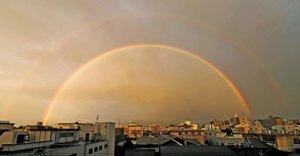 京都市内を覆うようにかかった大きな二重の虹(26日午後5時31分、京都市中京区・京都新聞社から東を望む)