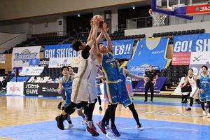 無観客でも懸命なプレーを見せた滋賀レイクスターズの選手(3月14日、草津市・YMITアリーナ)