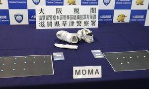 大阪税関が差し押さえたMDMAと、MDMAが隠し入れられていたスニーカー(大阪市港区・大阪港湾合同庁舎)