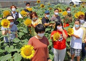 ヒマワリ畑に集まった「福島ひまわり里親プロジェクト」のメンバーら(宇治市小倉町)