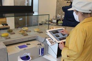タッチパネルとセルフレジで注文と会計を済ませるパン店(京都市上京区・KAMOGAWA BAKERY)