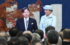 茶会の招待者にお言葉を述べられる天皇陛下(28日午後2時5分、京都市上京区・京都御所)=代表撮影