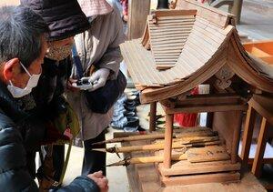 刈り取られたタケノコを見て今年の作付け時期を考える参拝者(京都府綾部市篠田町・篠田神社)