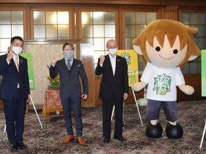 オンライン開催に向け、ガッツポーズで写真に収まる西川さん(中央)ら=大津市・県庁