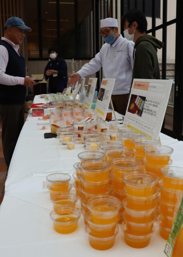 コンテストに出品された梅をテーマにした12種類の菓子(滋賀県長浜市北浜町・えきまちテラス長浜)