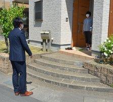 家庭訪問で2メートル以上離れて生徒と会話する園部中の片山教諭(南丹市内)