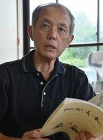 生徒と作り上げた平和に関する冊子を手に、「諦めずに記録を残していくことが大事だ」と語る原田久さん(南丹市園部町・旧西本梅小)